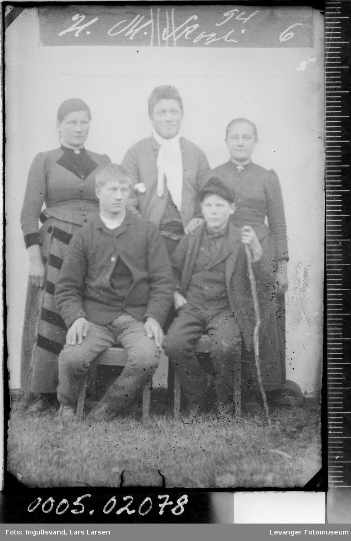 Gruppebilde av fem ungdommer.