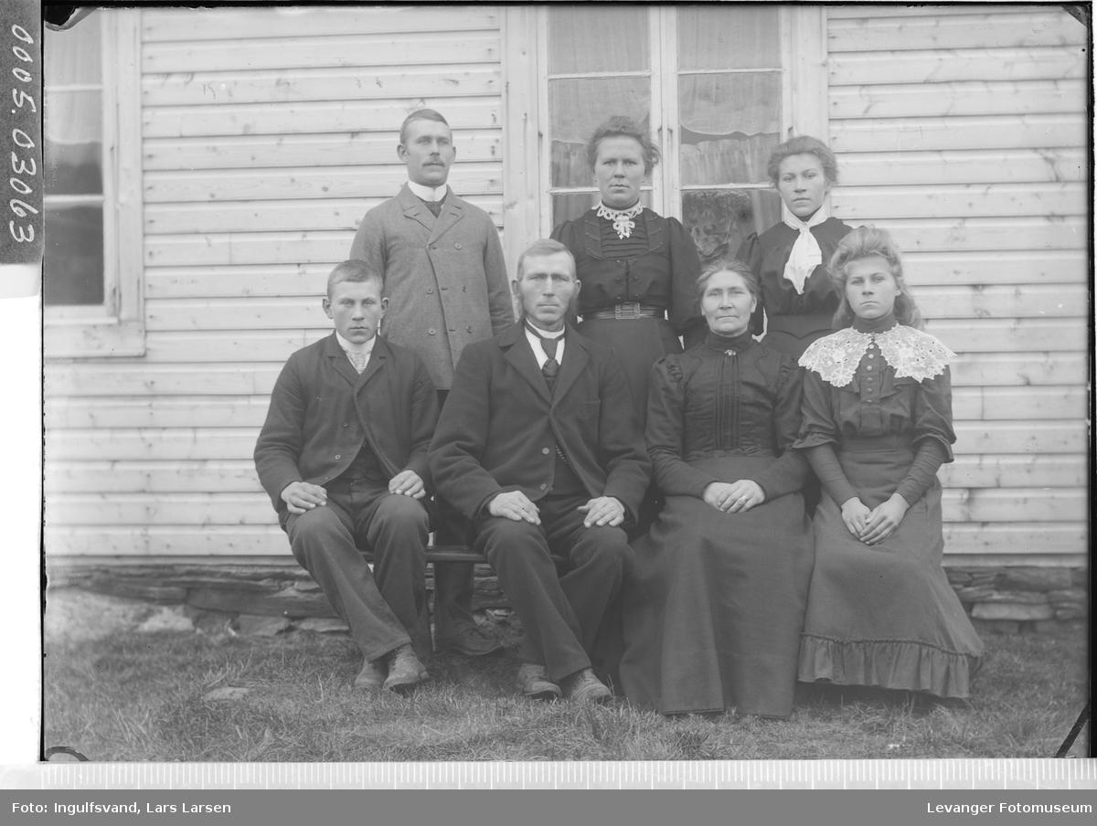 Gruppebilde av fire kvinner og tre menn i helfigur.