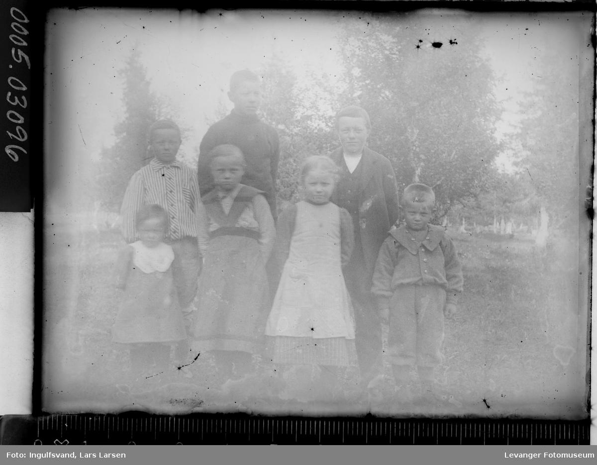 Gruppebilde av syv barn.