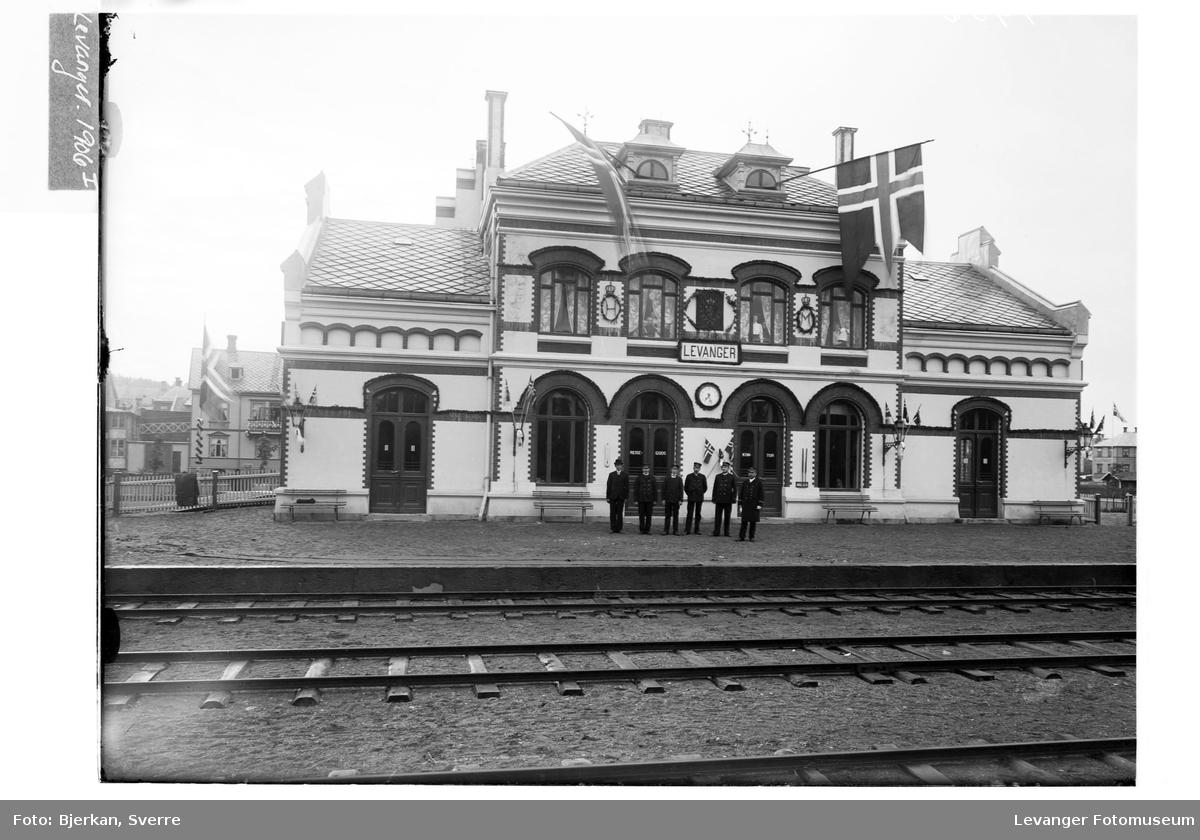 Levanger jernbanestasjon pyntet med flagg