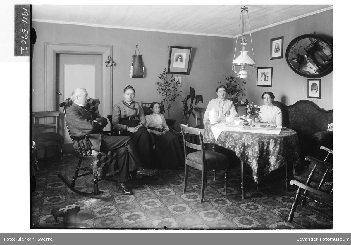 Sogneprest Lassen med familie i prestegårdens stue