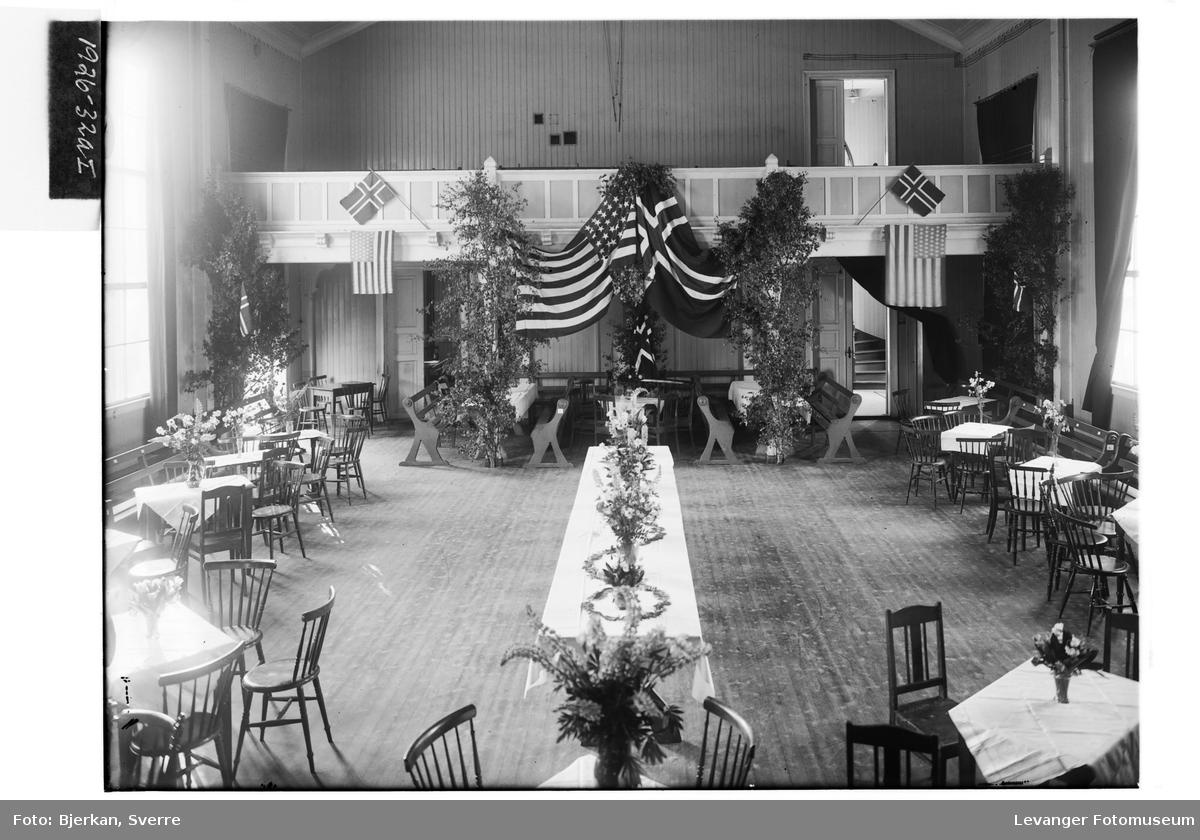 Festsalen i Levanger pyntet med det norske og amerikanske flagget I