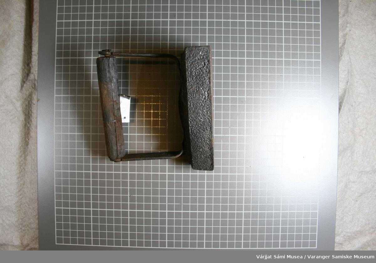 Strykejern av jern med håndtak av tre. To skruer holder håndtaket fast i håndtakholderen.