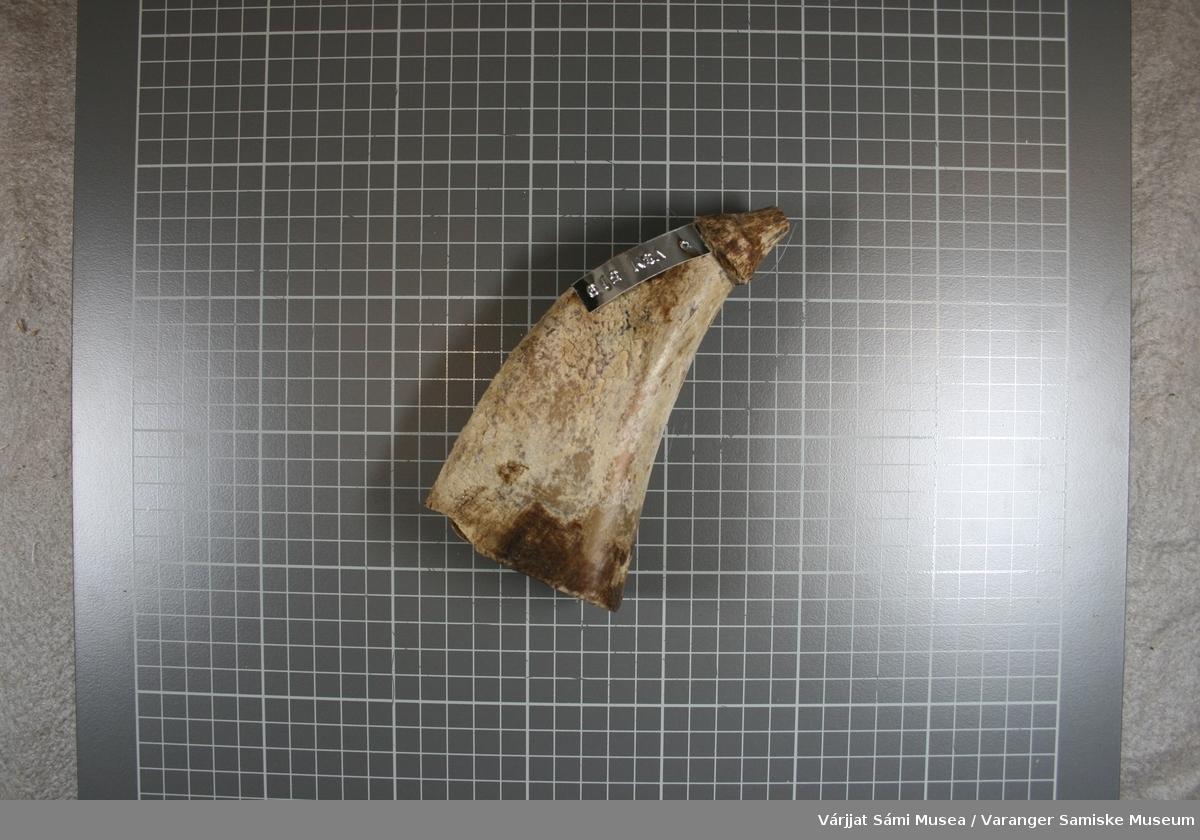Krutthorn laget av kuhorn. Platen som skal holde kruttet inne i hornet, mangler, men en ser tydelig at det har vært en plate i enden av hornet på grunn av  spikermerker (hull) på begge sider.