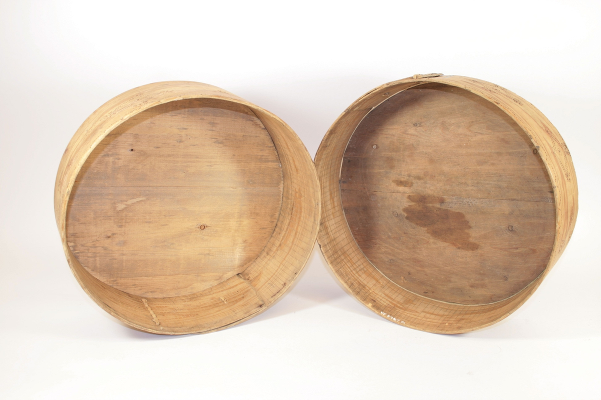 Del A: Lokket har noe større diameter for å kunne sette på esken. Del B: Rund, sylinderformet eske. Sidene er holdt sammen av to duvlunger (trestift), og overflaten har svimønster. Rundt lokket er en spon, sydd sammen med teger. Festet med jernstifter.
