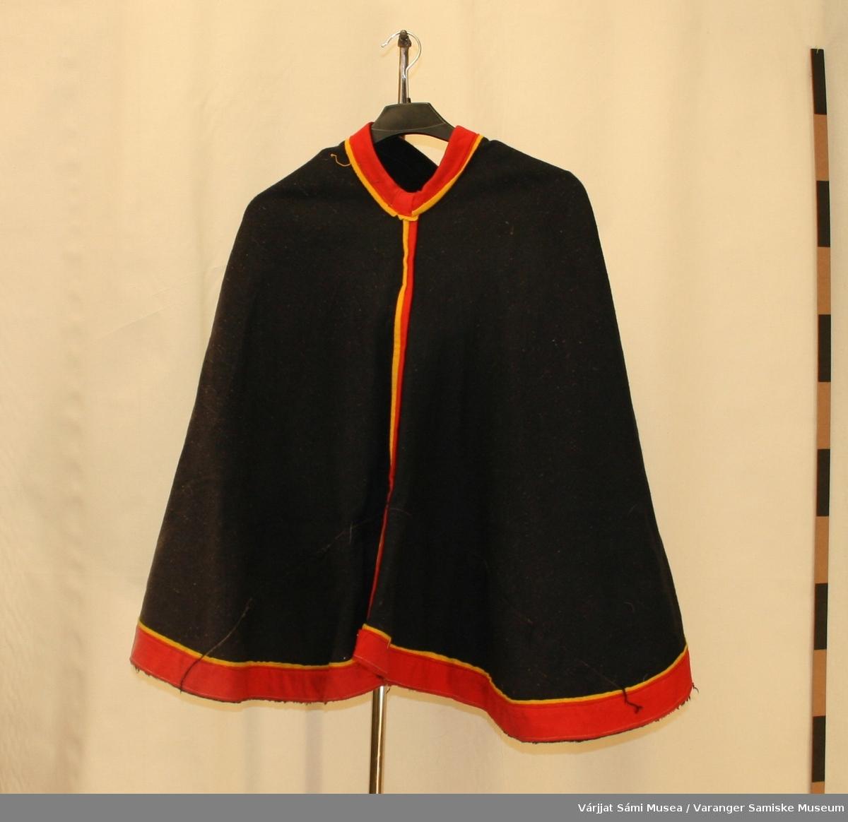 Luhkka sydd av svart klede, pyntet med rødt og gult klede.