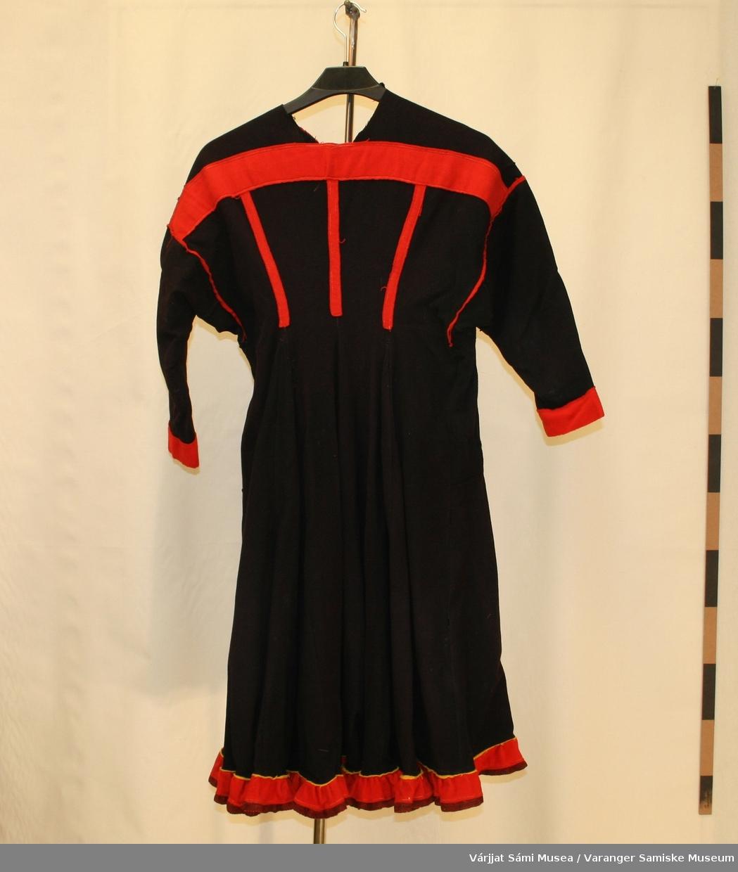 Damekofte av sort klede. Den er fra Tanadalen-enten Polmak/Karasjok eller Utsjok. Holbien er vevd. Røde detaljer. Rød og mørk rød holbi med en smal gul stripe øverst.