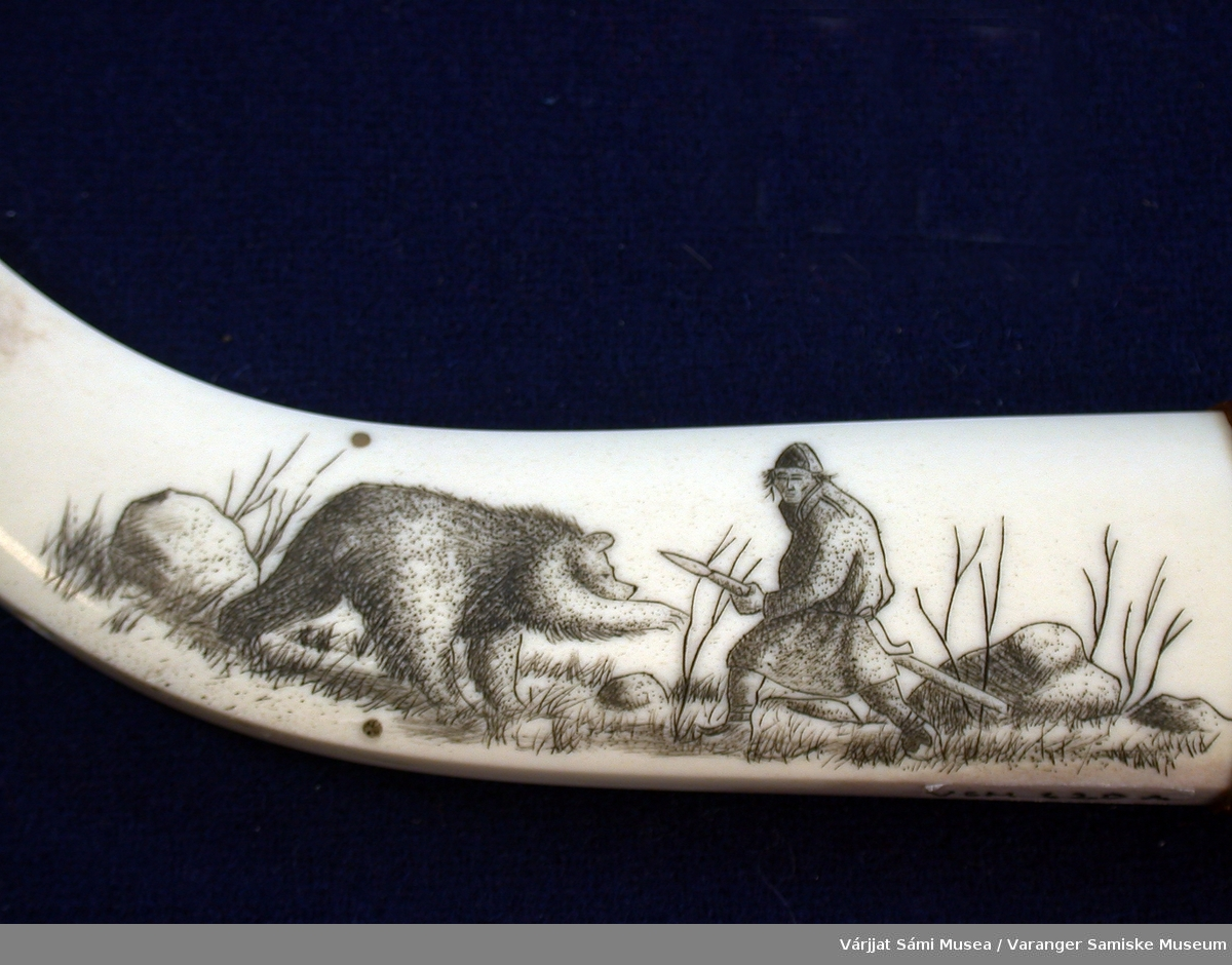 Side 1:Bjørn og jeger omgitt av steiner og vegetasjon. Side 2 : Geometriske mønstre