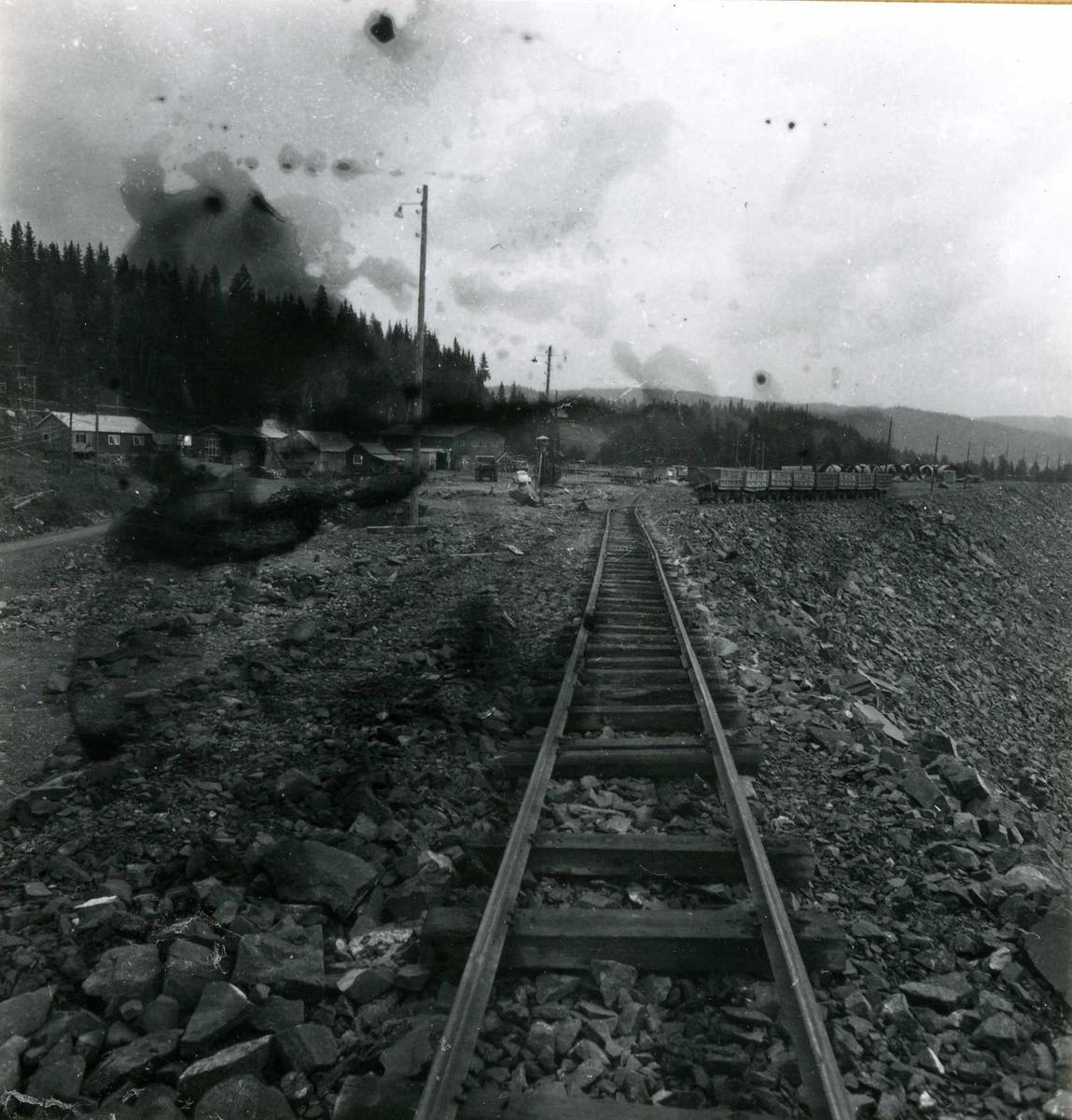 Tilløpstunnel frå Vesås. Jernbanespor og vogner