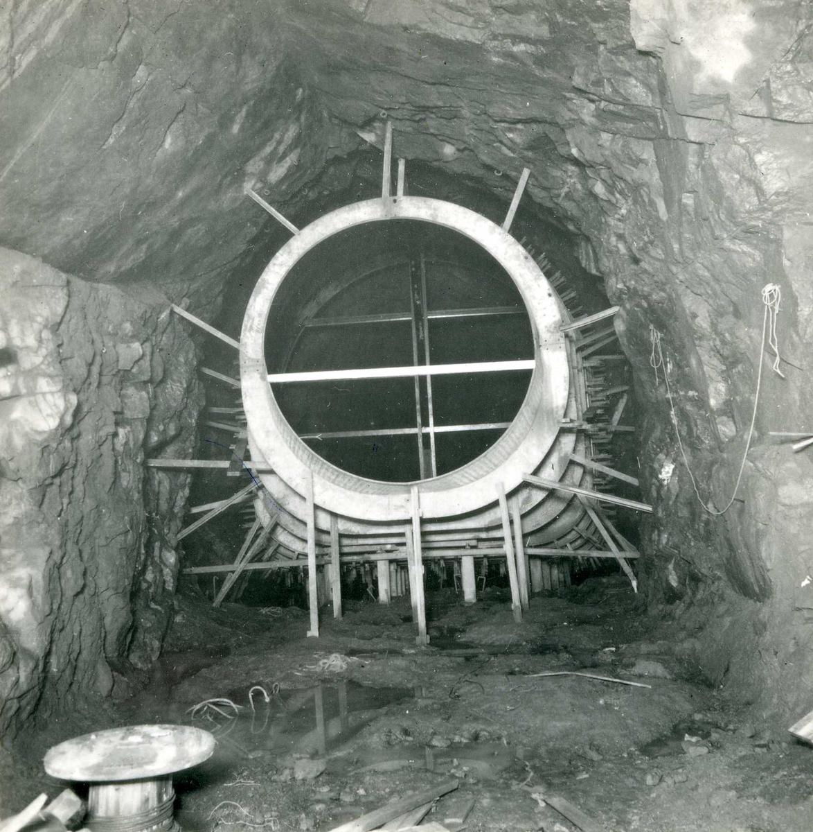 Tilløpstunnel frå Vesås. Legging av røyrgate i tunnel