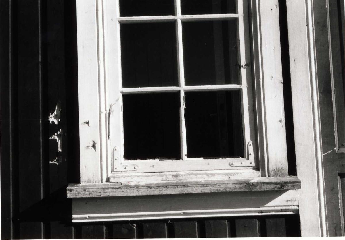 """Skothol på vindauge i """" Drengestoga""""."""