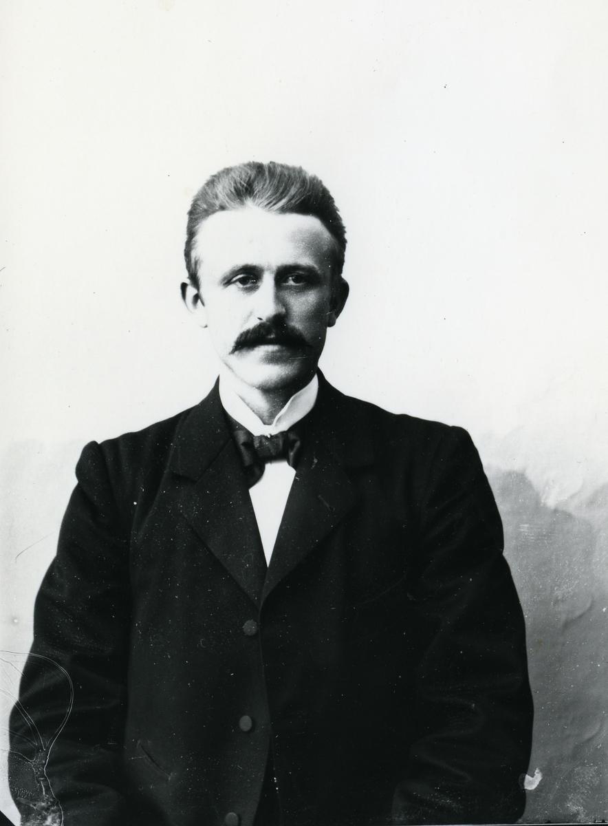 Mann foran lerret, halvfigur