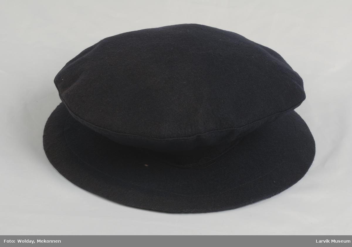 """Form: Stiv brem, så smal kant før den vider seg ut på skrå, toppen er flat. Når den ligger sammen er den nesten som en """"pannekake"""". Lite hull til hodet."""