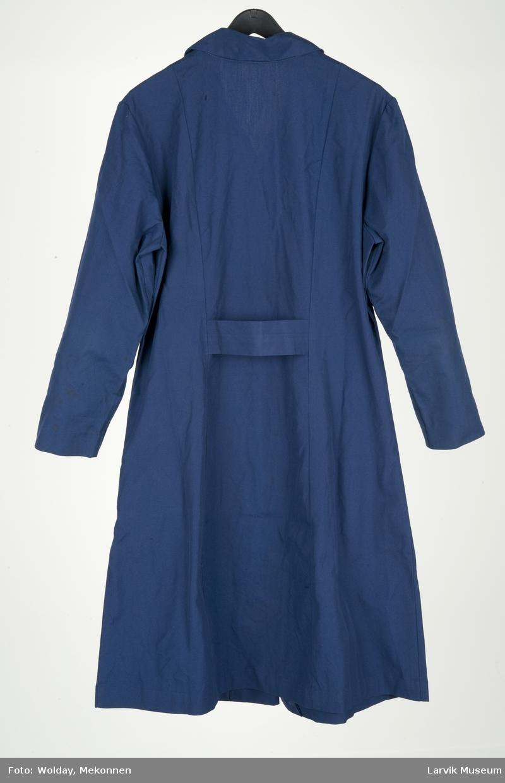 Arbeidsforkle/kjole, innsvinget, belte bak, 6 knapper foran, 2 lommer, skjortekrage, lange ermer