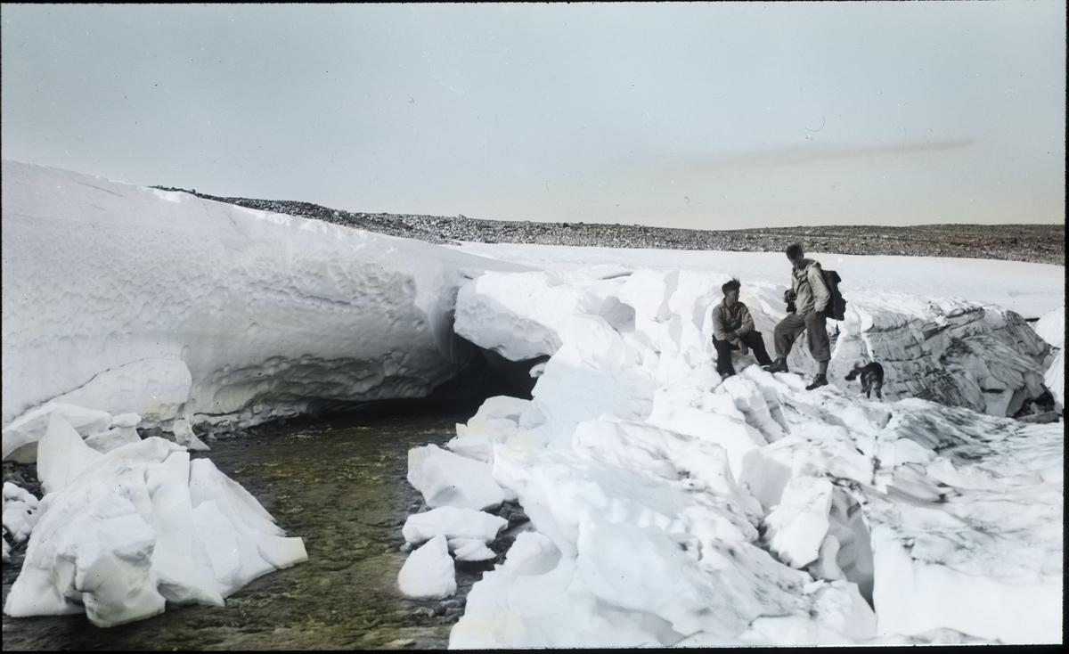 """Fra foredragsrekken """"Landmålerlivet i Finnmark""""  v/Axel Printz : Over sneporten ved Jiegnajokka-Iselva.( X-4.Laksefjordvidda-år1938)."""