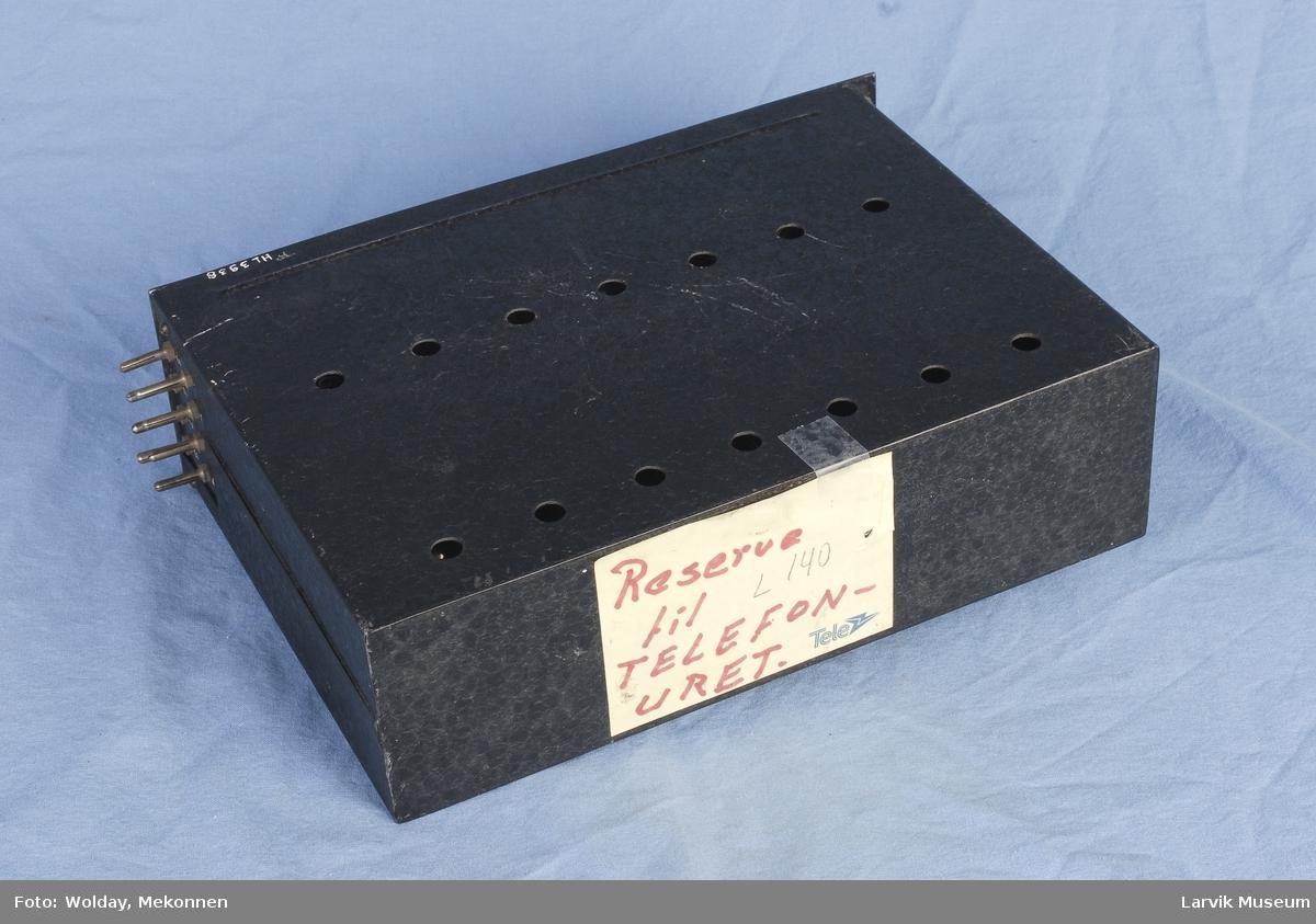 Form: Rektangulær boks, med huller i to rader.