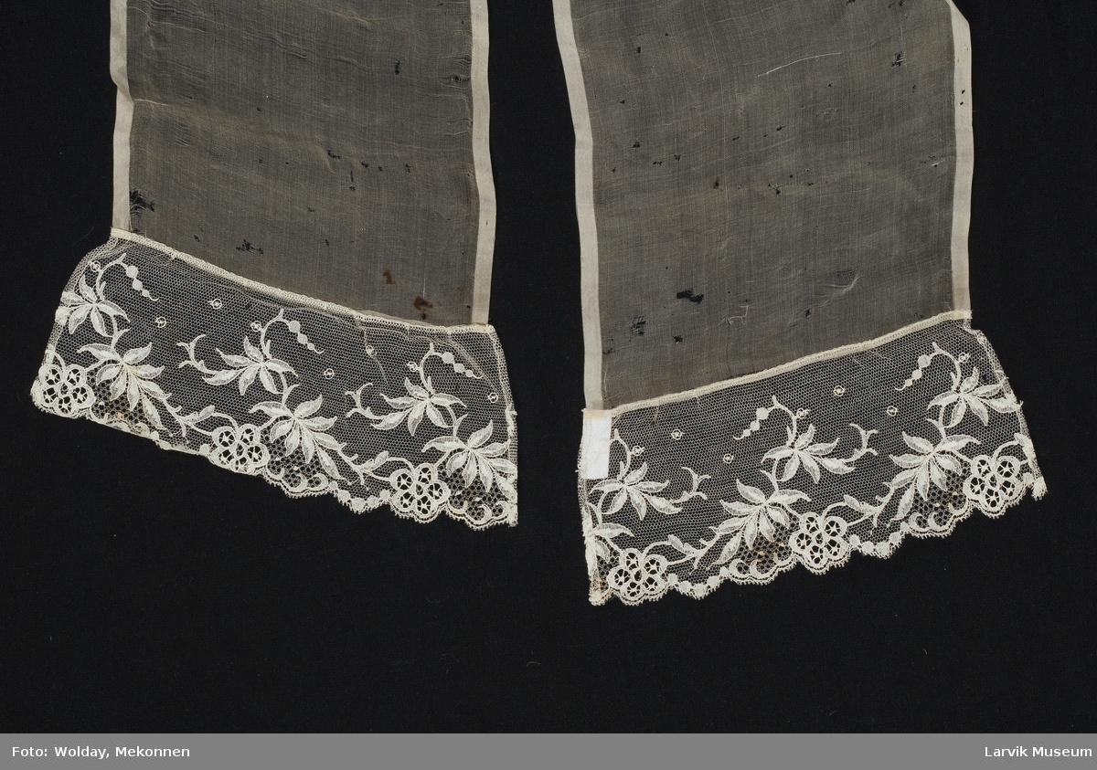 Form: Rektangulær chiffong, påsydd tyllblonde i hver ende.