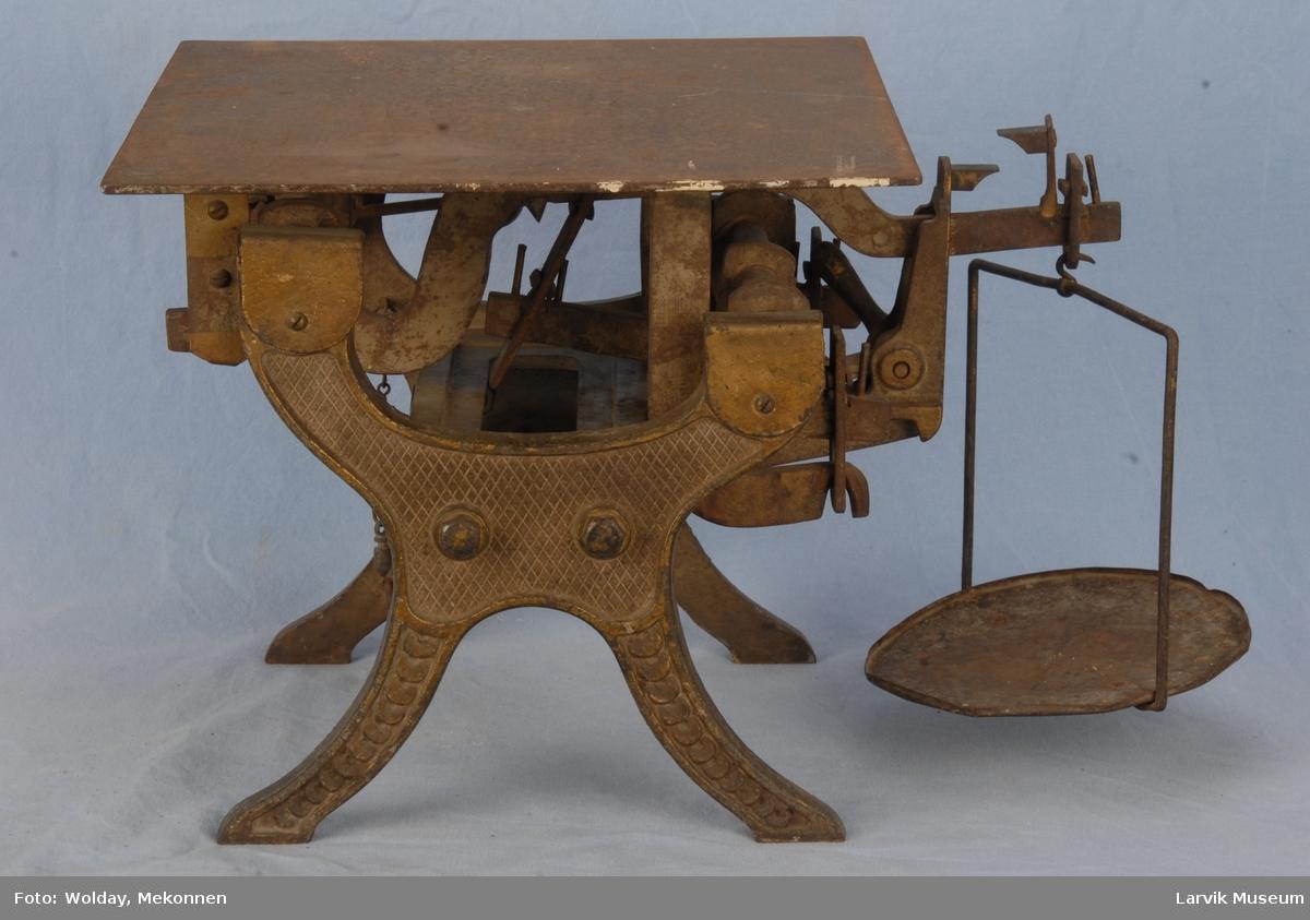 Vektbord av jern fastmontert på et stativ. 2-100 kg Løs vektskål med hank.