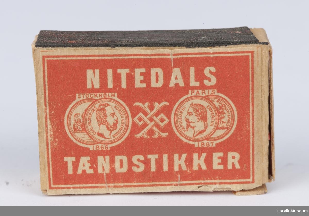 På lokket tekst og 2 mynter på hver side av et ornament med