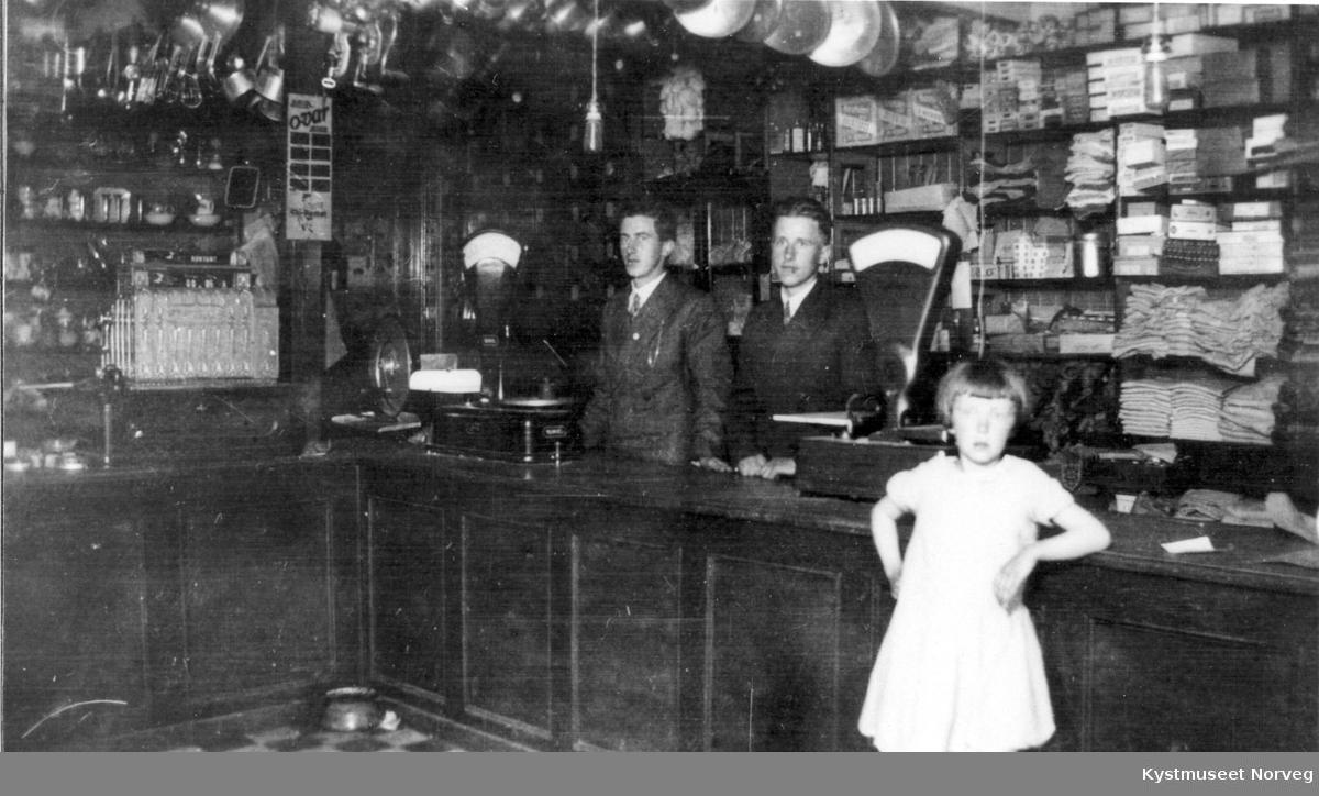 Lorentz Halsvik, Albert Lie Ovesen og Turid Inderberg i butikken hos Th. Inderberg i Flatanger
