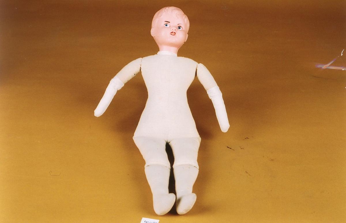 Kroppen er myk med bevegelige armer og bein, antatt dylt med ull