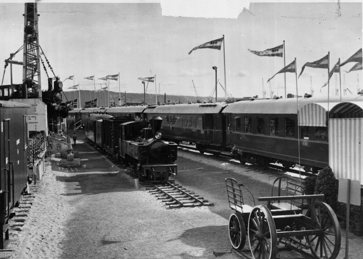 Jubileumsutstillingen i Oslo i september 1954. Lok 6 Høland, vognene BCo3 og G10, samt en flatvogn med løftekasse ble pusset opp og utstilt i anledning jubileet,