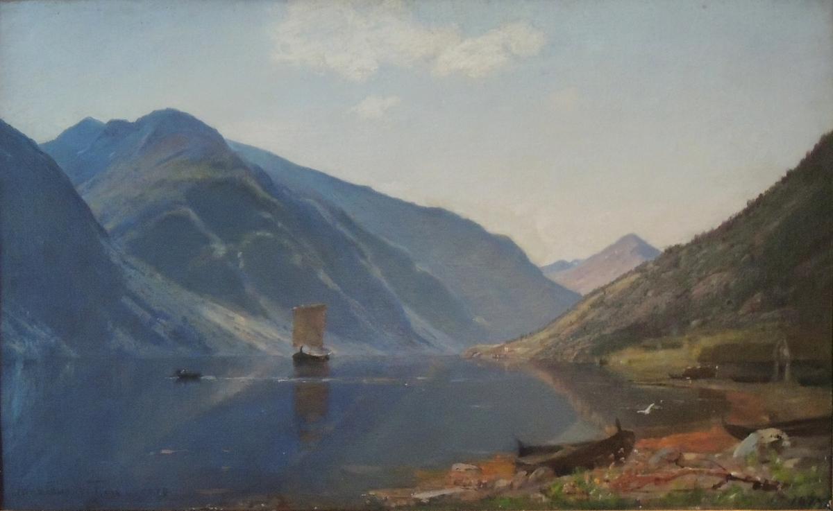 Fjord, fjell og båter.