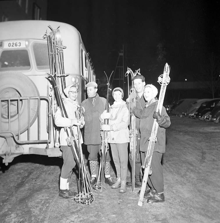"""Enligt notering: """"Skidutflykt med buss från arbetsförmedlingen TARSAN med flera 18/1 1961""""."""