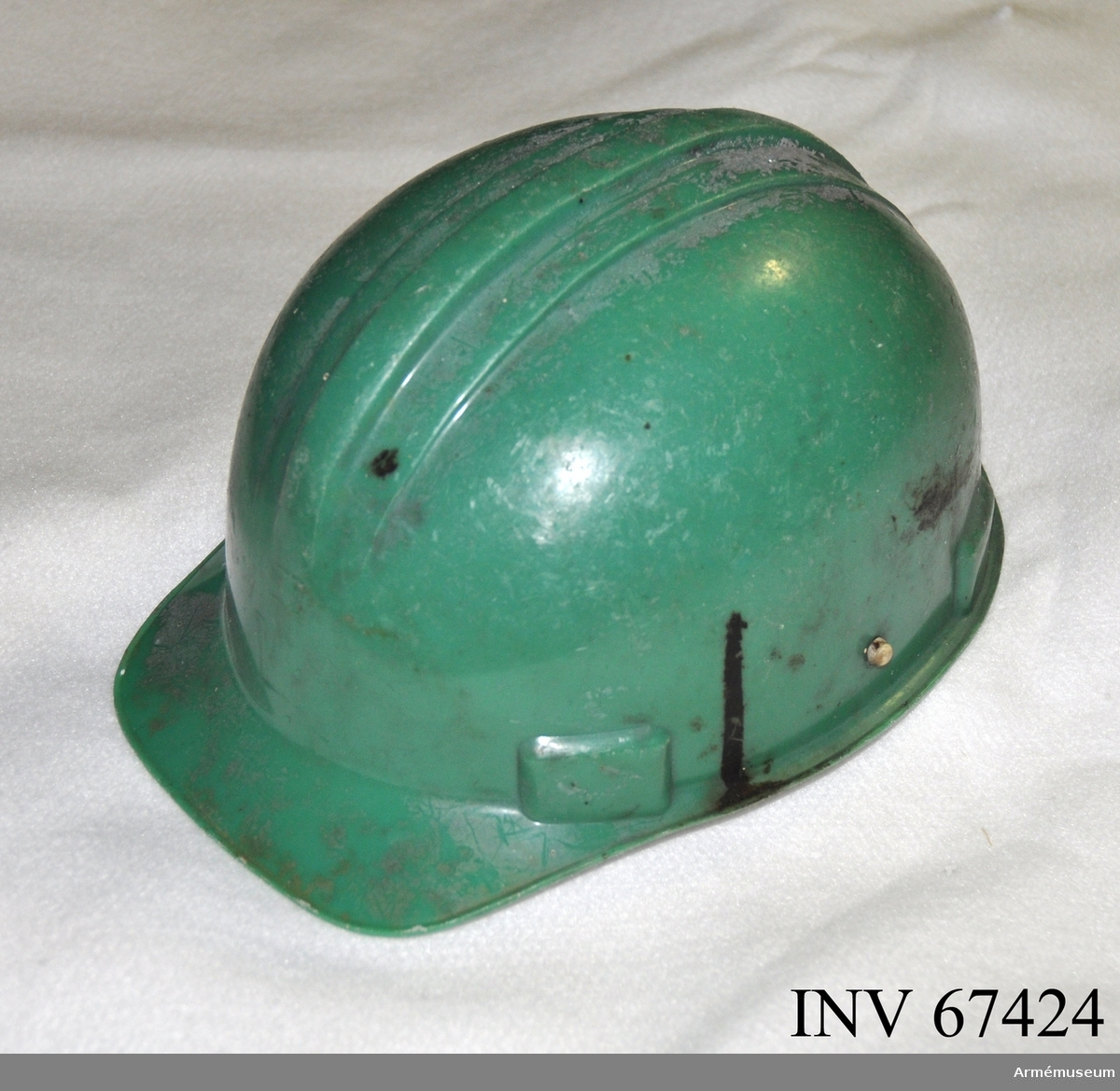 """Grön plasthjälm märkt """"CCCP"""" på insidan i fronten samt insidans nacksida """"p.54-59"""" vilket är en storleksangivelse."""
