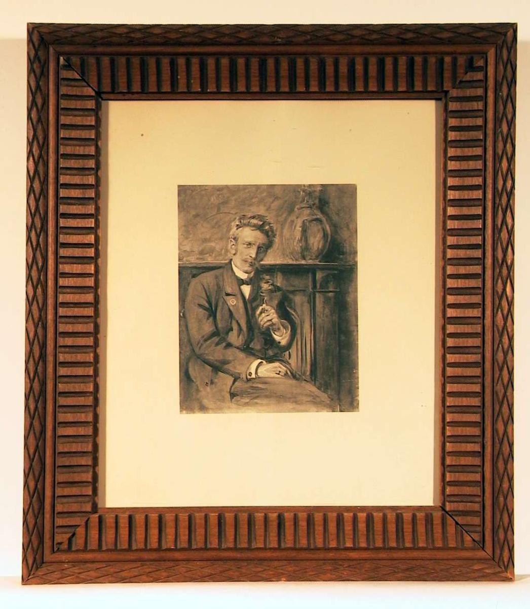 Portrett av mann sittende med røykende sigar/sigarett i venstrehånden og høyrehånden hvilende i fanget. Han ser direkte på betrakteren.