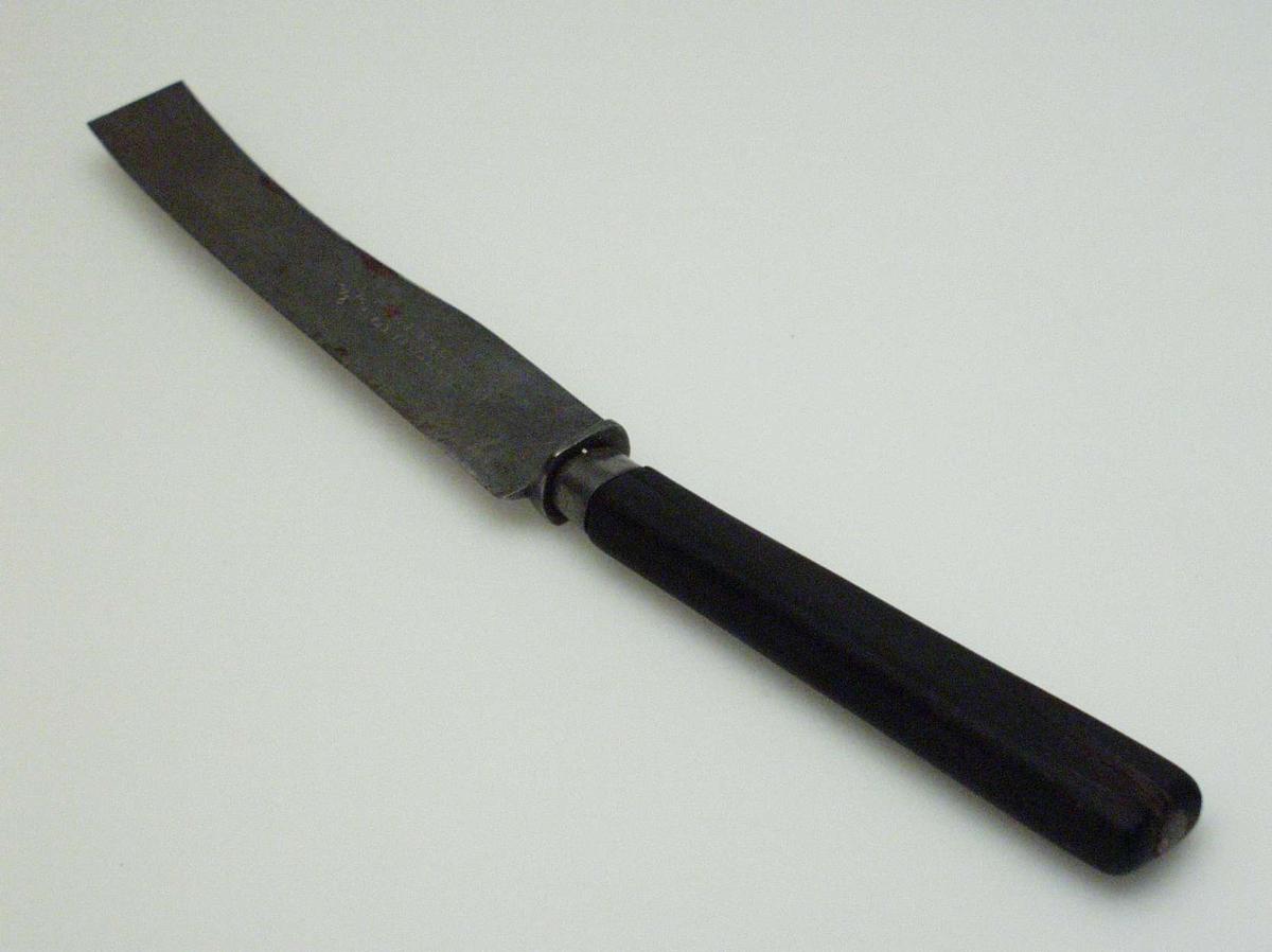 Bordkniv i stål med svart treskaft.