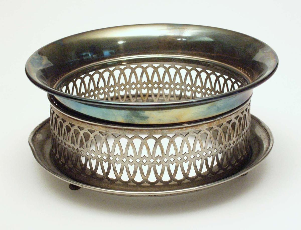 Metallrist med gjennombrutt mønster og tre kulebein. Løs ring øverst.