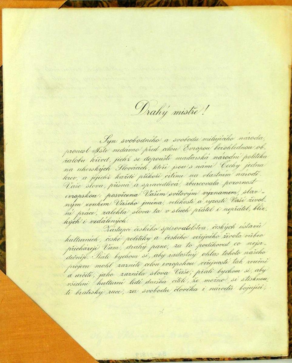 Rektangulært dobbeltark papir. Skrevet tekst på tre sider. Montert på papp-plate med brunt marmorert papir, shirting- hjørner og støtte, fra D. Stribolt a/s, Lillehammer.