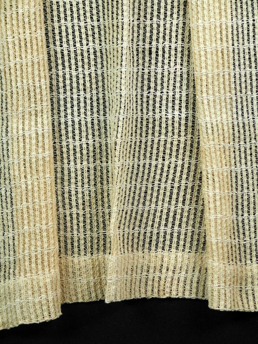 Langsstripete gjennombrutt gardin med to innslag frotégarn pr 3 cm. Vevbredde 76 cm. 6 cm oppbrett nederst. 3 cm brettekant med to sømmer for 1cm bredt rynkehode og løpegang til spiral.