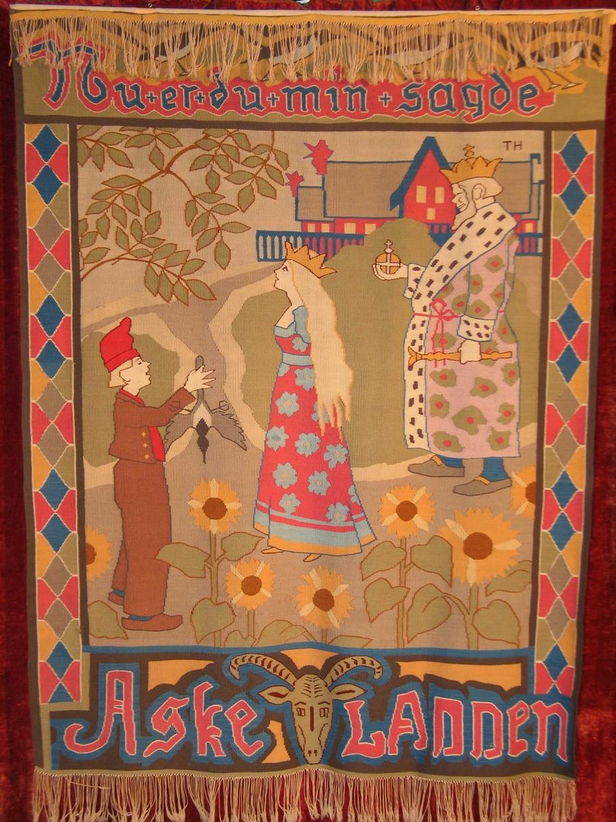 Midtbilde med scene fra kongsgård: Konge med krone og hermelinskappe til høyre, lyshåret prinsesse med krone i lang kjole i midten, til venstre bunadskledd gutt med topplue, rekker ut en skjære. Gren av tre, hus, og fem store solsikker. Sidebord med geometrisk mønster, øvre bord med tekst og fugler (skjærer nederst, tekst og et bukkehode i en face.