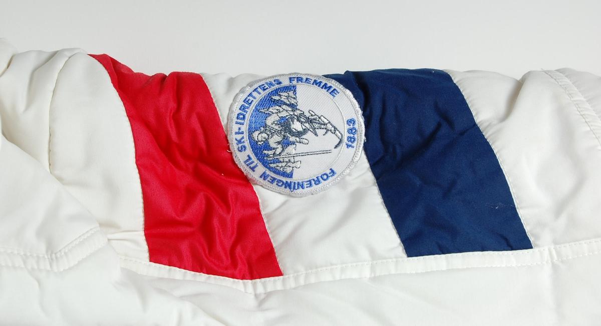 a3efb09a Hvit, rød og blå vinterjakke. Det er en liten hette på jakka som kan
