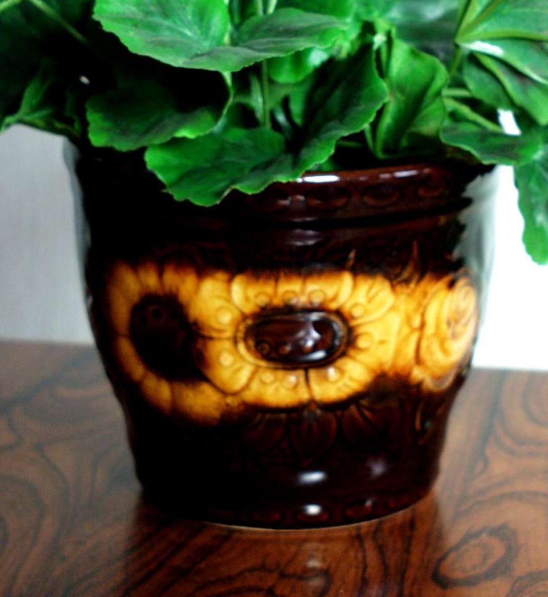 Brun blomsterpotte i keramikk.