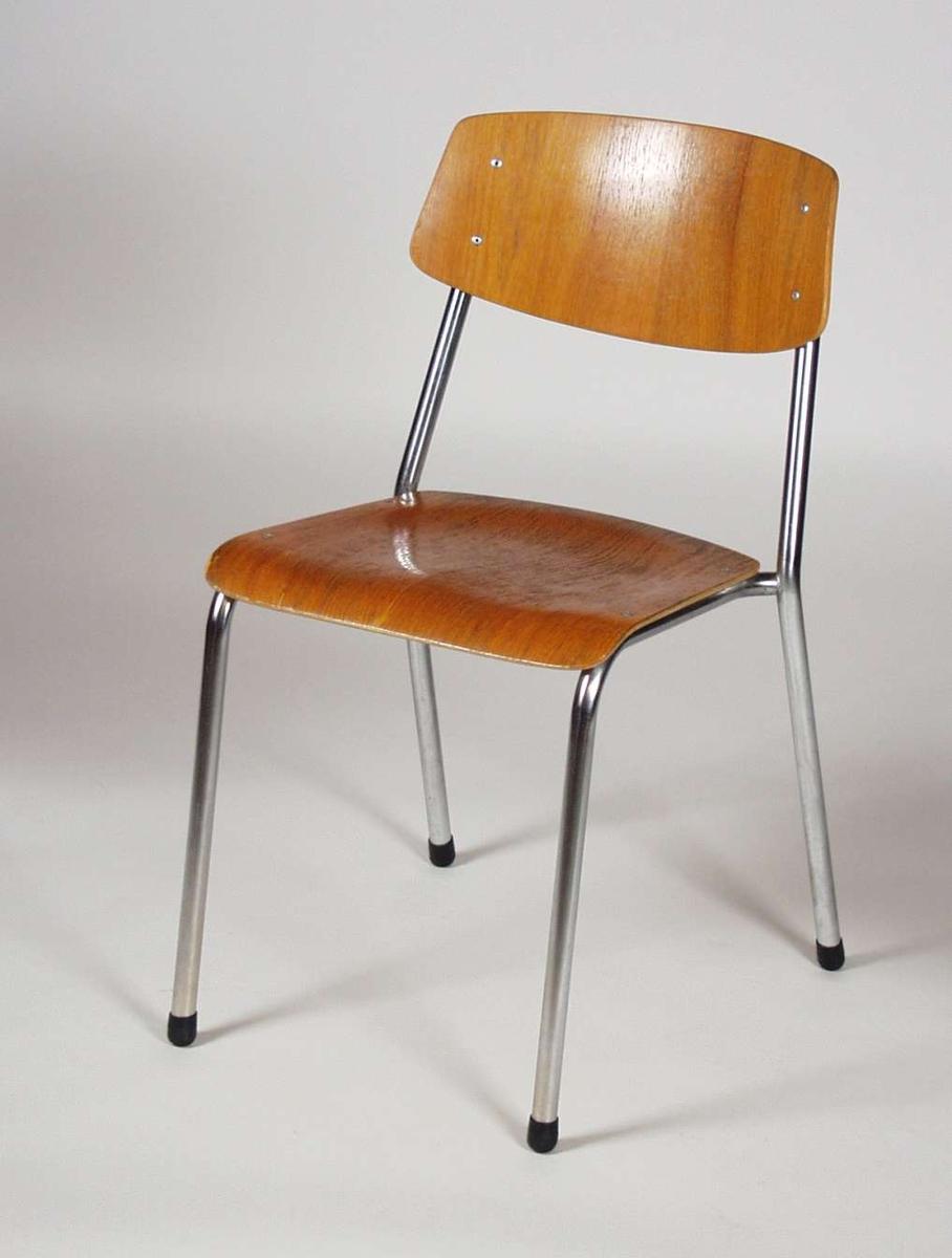 Rørstol med finert formpresset sete og rygg. Svarte knotter på benene.
