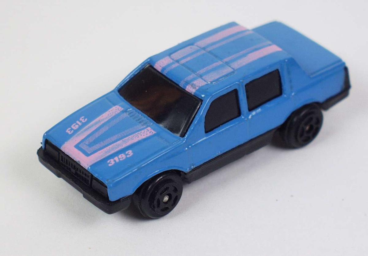 Blå lekebil i hard plast og metall.