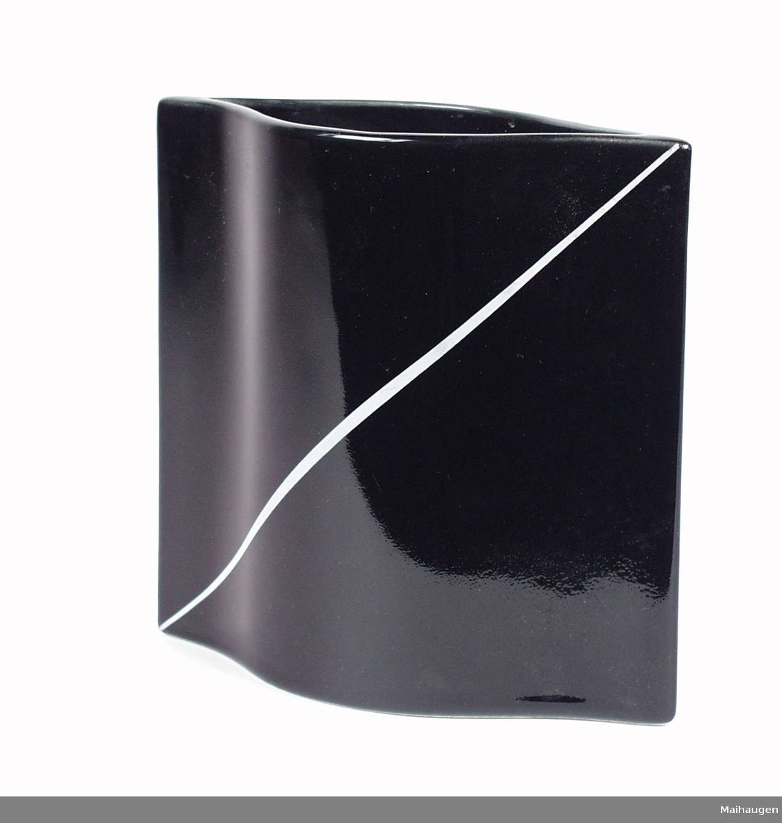 Svart firkantet vase i steingods. Den er dekorert med en grå diagonal stripe på fronten.