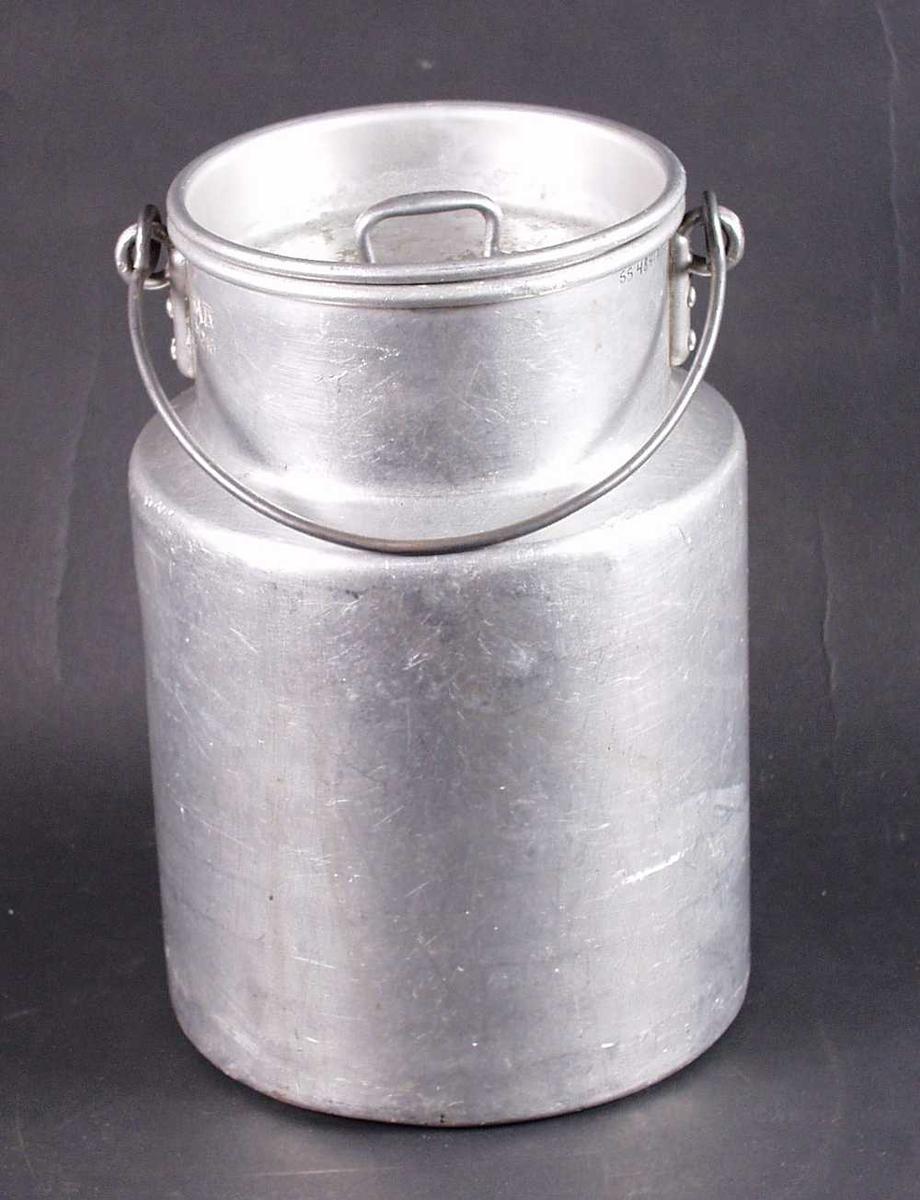 Melkespann i aluminium med lokk og hank.