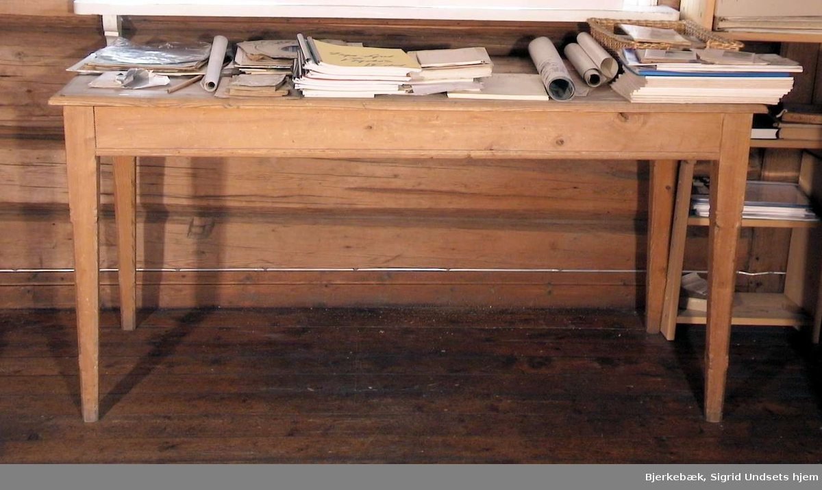 Trehvitt, rektangulært bord.