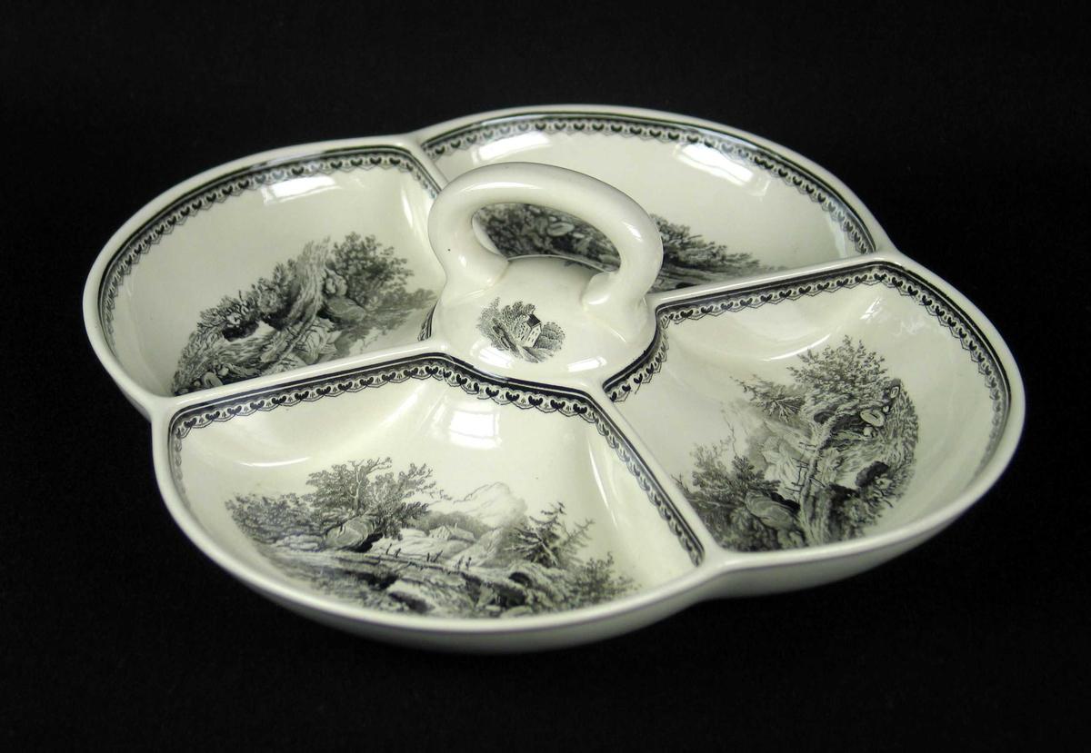 Kabaretfat i benhvit keramikk med sort dekor. Fatet har håndtak og fire skåler.
