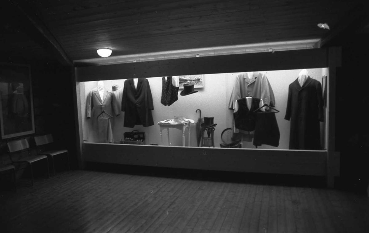 DOK:1988, utstilling,klær, monter, vognskjul,
