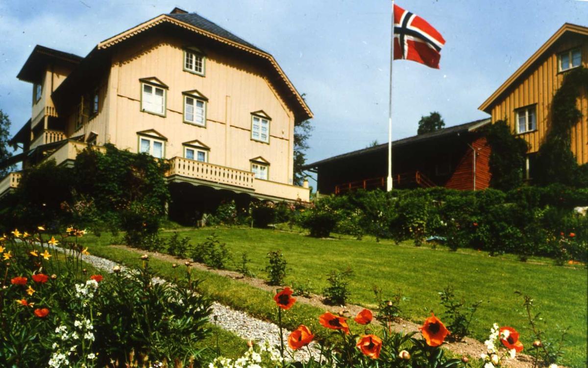 DOK:1980-tallet, Aulestad, hage, flagg, postkort,