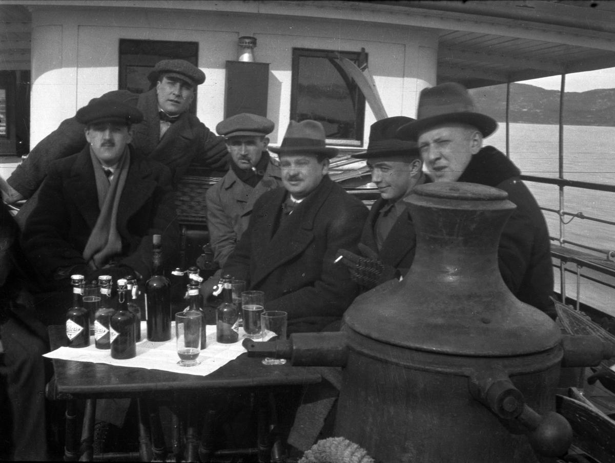 Gruppe, menn, ukjent, båt, flasker,