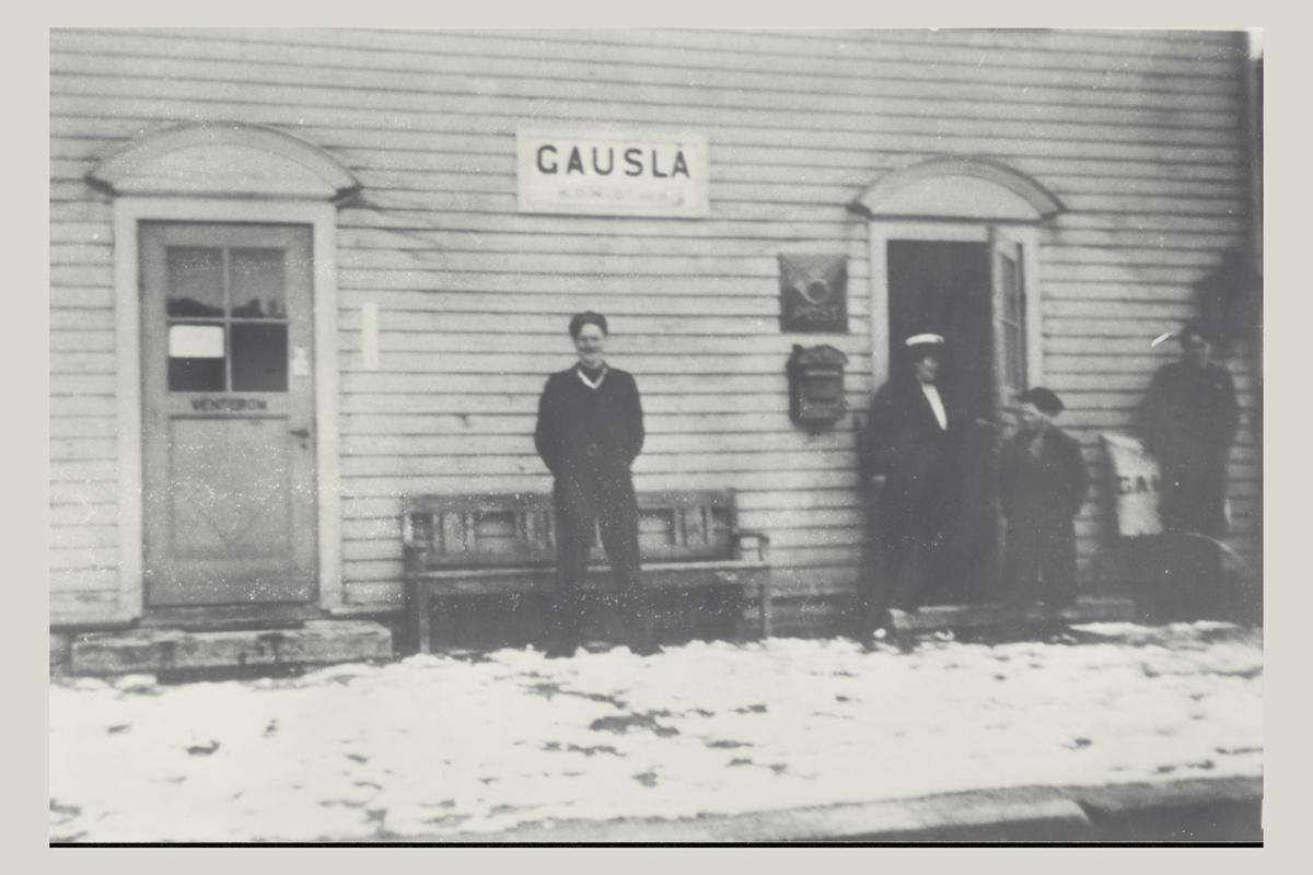 eksteriør, postkontor, Gauslå, ca. 1950, menn, barn, postskilt, postkasse