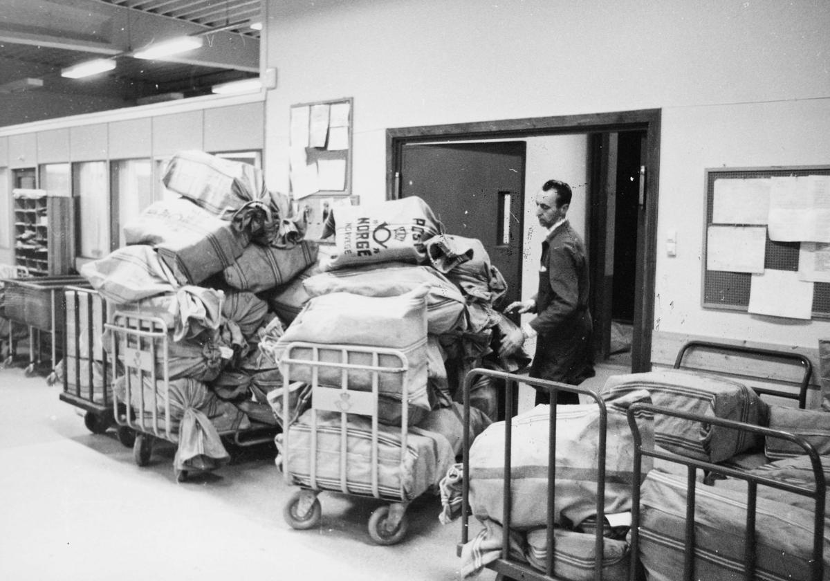 postbehandling, pakking, traller med postsekker, mann, postkontor, 7700 Steinkjer