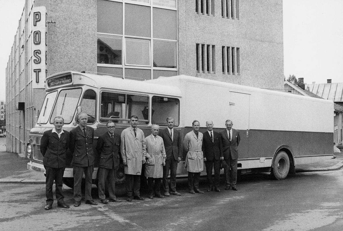 transport, bil, åpning av postbilrute Oslo-Gjøvik-Fagernes, ni menn står foran postbilen som ble tatt i bruk, Gjøvik postkontor i bakgrunnen, postskilt