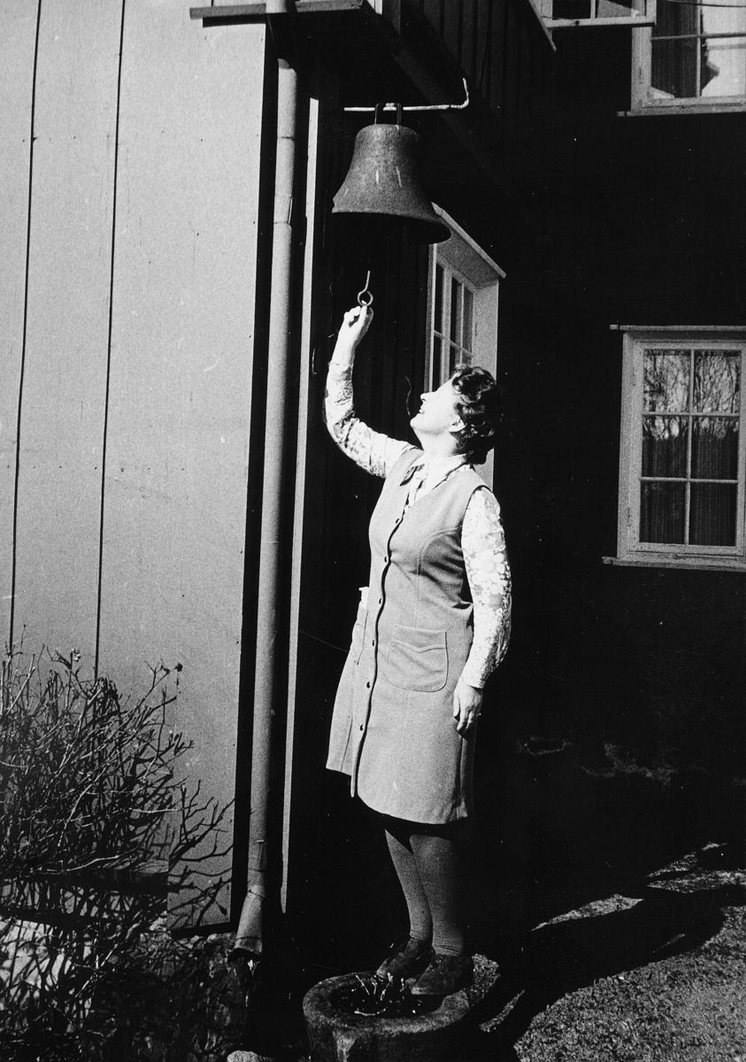 postskolen, Granavolden, 1972, eksteriør, 1 dame, bjelle
